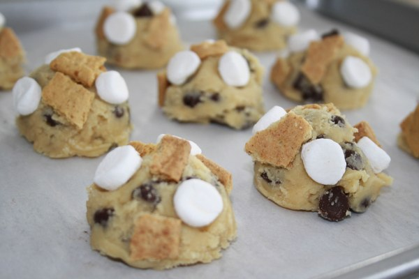 S'MORES COOKIES. Chewy marshmallows, crunchy graham cracker and sweet chocolate chips. A campfire treat in a form of a cookie!