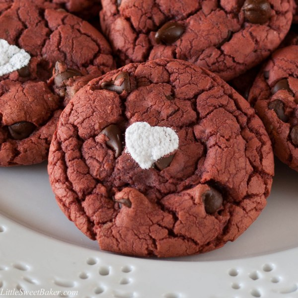 EASY RED VELVET CHOCOLATE CHIP COOKIES. These brownie-like cookies are so easy to make, all you need is 4 ingredients, 30 minutes and you have a delicious treat.